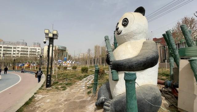 Grosse Pandabär-Figur in Park
