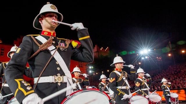 Ein Militärmusiker trommelt am Tattoo Basel
