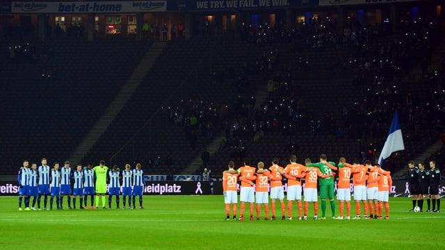 Mannschaften während Trauerminute
