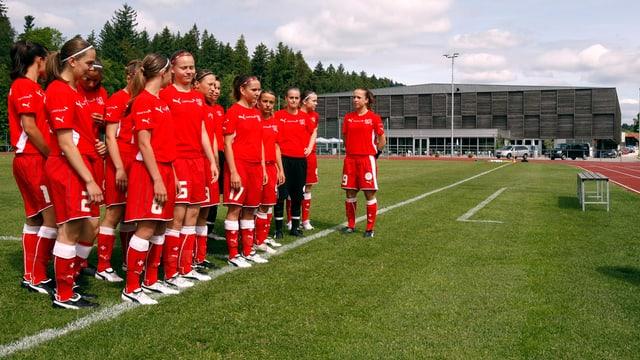 Talentierte Mädchen werden in Biel in der Fussballakademie geschult.