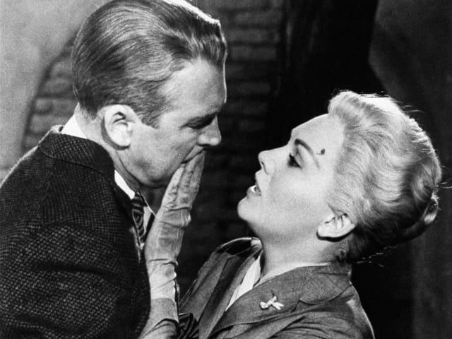 Kim Novak (rechts) mit Jimmy Stewart in Alfred Hitchcock's «Vertigo» aus dem Jahr 1958.