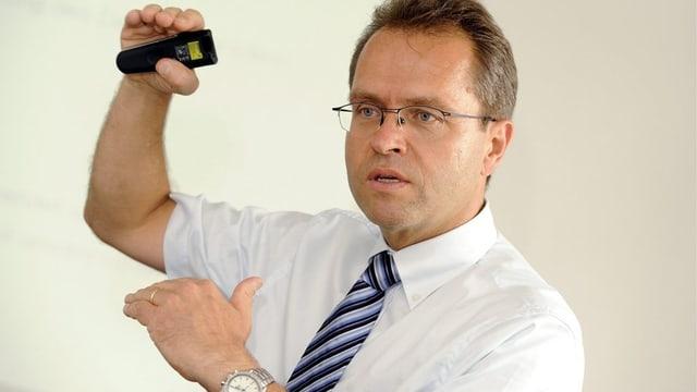 BVK-Geschäftsführer Thomas Schönbächler zeigt mit den Händen eine unbestimmte Grösse an.