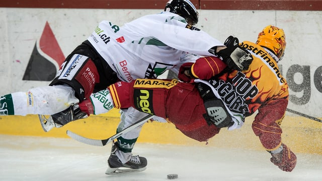 Oltner Eishockeyspieler checkt Langnauer Spieler um.