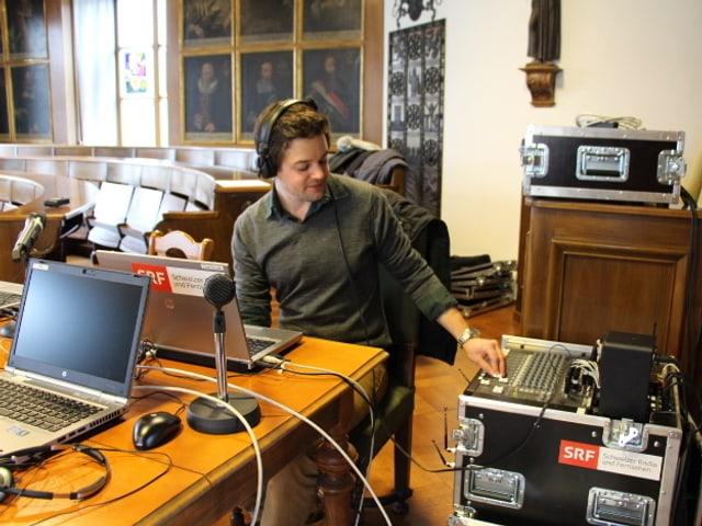 Radiotechniker Pascal Schöbi bei der Arbeit.