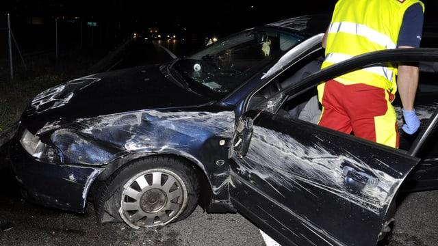 Zerstörtes Auto auf der Autobahn