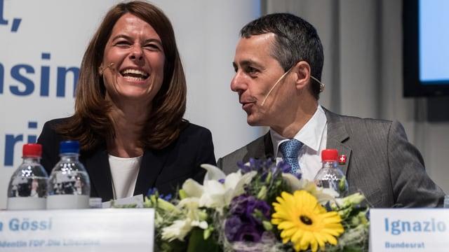 Cassis und Petra Gössi sitzen auf einem Podest