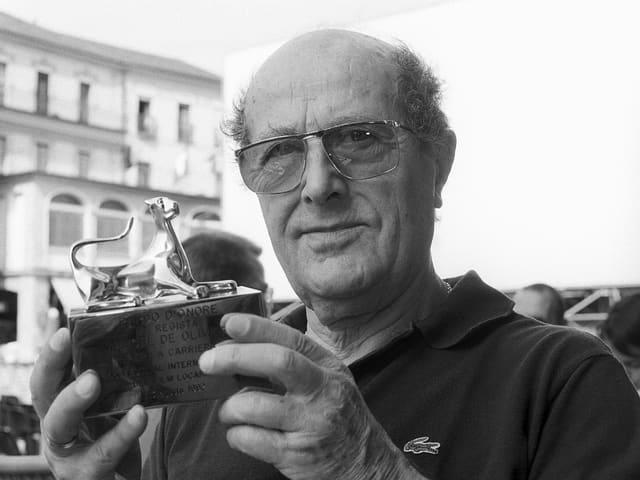 Manoel de Oliveira hält den Ehrenleopard in Locarno in den Händen.