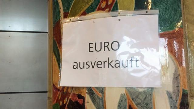 Schild mit der Aufschrift «Euro ausverkauft».