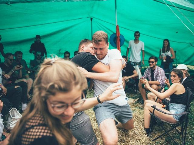 Festivalbesucher am Schwingen