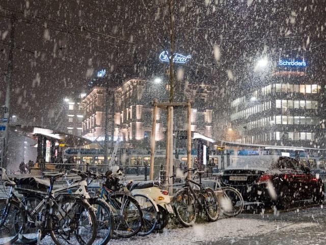 Schneefall in der Stadt Zürich