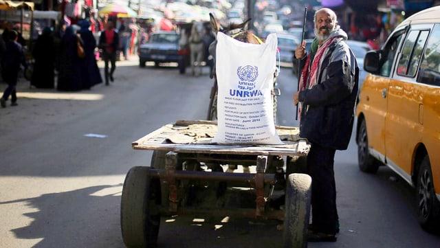 Mann mit UNRWA-Hilfsgüter
