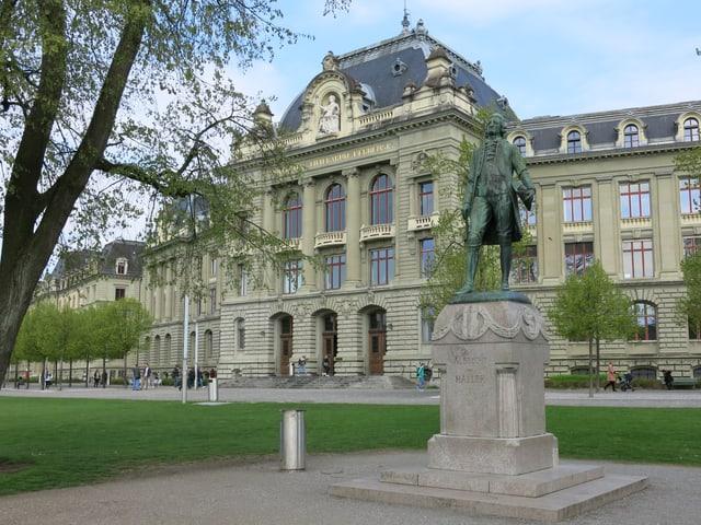 Die Statue von Albrecht Haller auf der grossen Schanze in Bern.