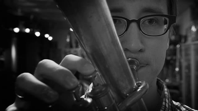 Musiker Lukas Vogel  bringt ein über hundertjähriges Sax-Horn zum wieder zum Klingen.