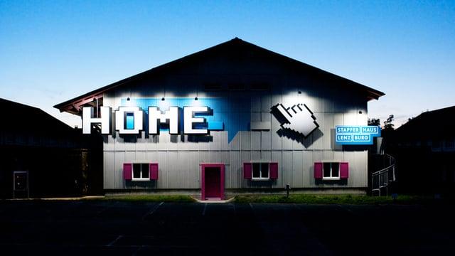 """Blick von aussen auf das Gebäude, in dem das Stapferhaus drin ist. Auf der Fassade prangt gross der Schriftzug """"Home"""" anlässlich der gleichnahmigen Ausstellung."""