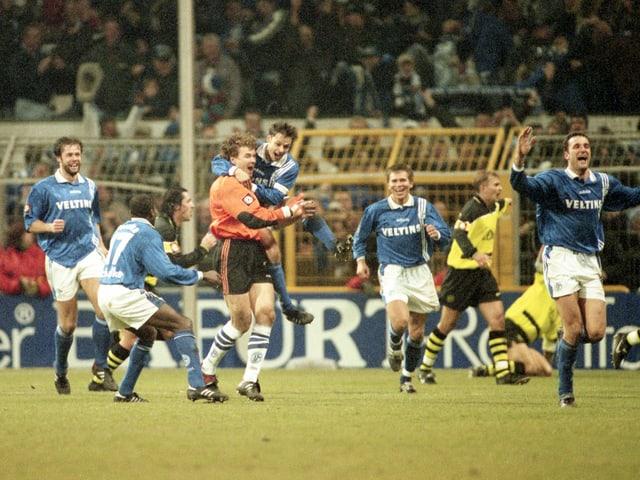 Jens Lehmann lässt sich im Dezember 1997 nach seinem Tor von Olaf Thon herzen.