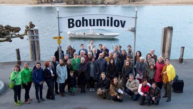 Gruppe von Künstlern an Bootssteg