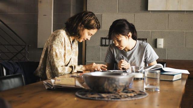 Mutter und Tochter am Esstisch.