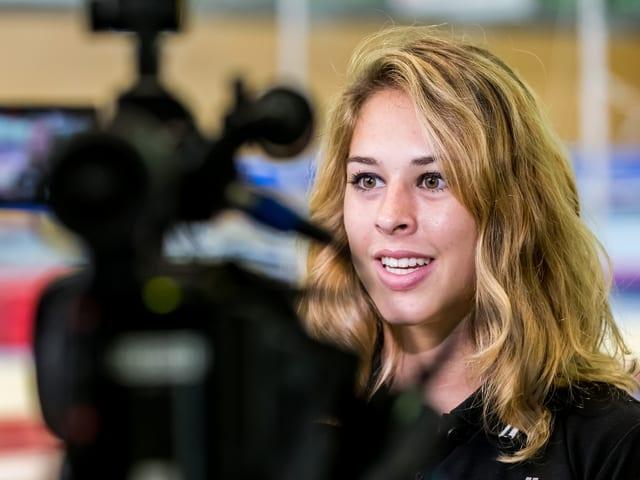 Giulia Steingruber wird von einer Kamera eingefangen.