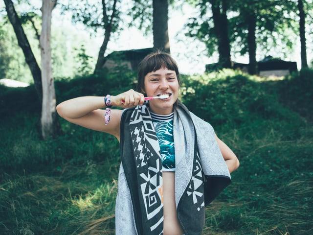 Morgenbad und Zähneputzen - danach ist Julia parat für Tag 3 am OASG!