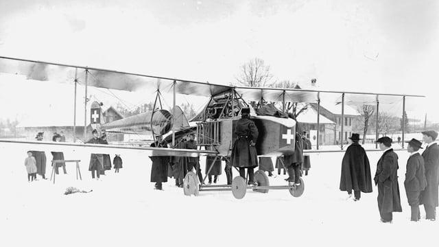 Altes Flugzeug auf Schnee.