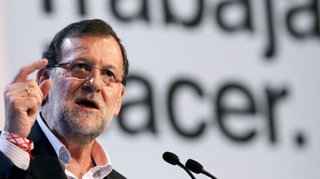 Il primminister spagnol Mariano Rajoy discurra. El tegna si in maun.