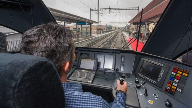 In locomotivist che maina in tren.