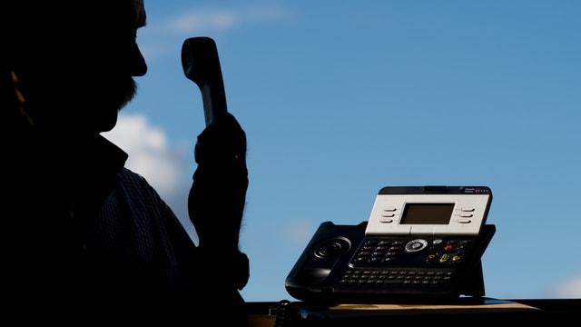 Mann mit Telefonhörer
