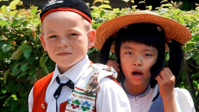 Ein Schweizer Bub und ein asiatisches Mädchen.