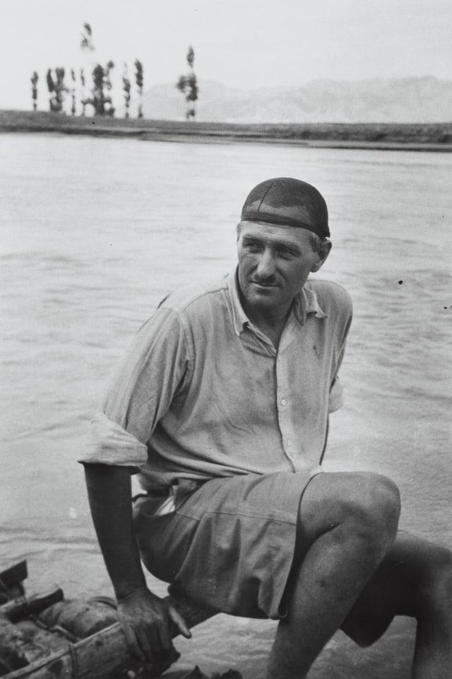 Walter Bosshard sitzt vor einem Fluss