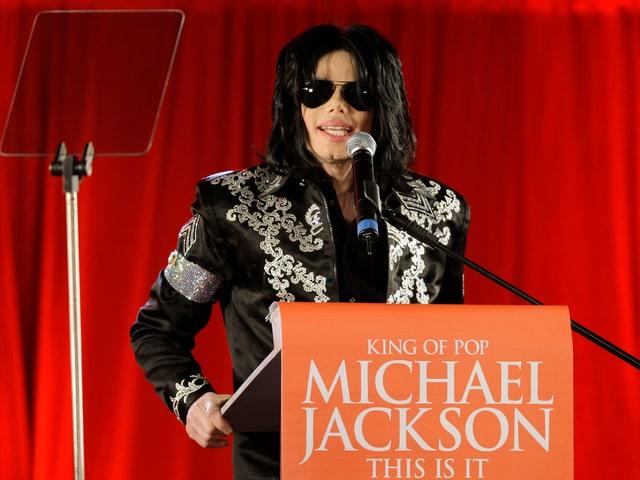Michael Jackson steht an einem Rednerpult