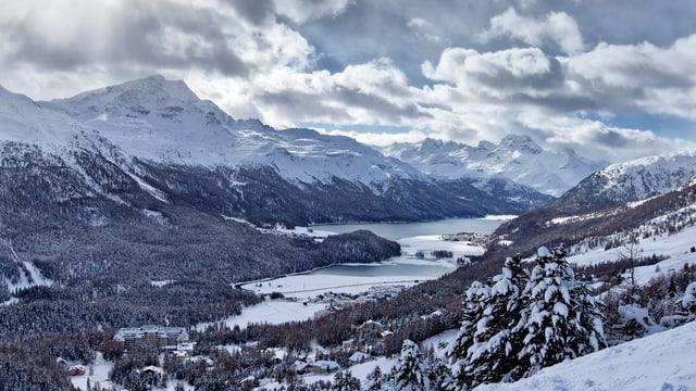 Blick von einem Hügel auf die verschneite Region von St. Moritz mit den zwei Seen.