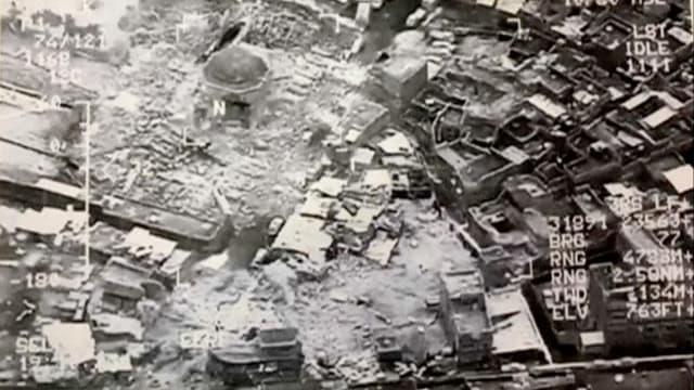 Schwarz-weiss-Foto einer zerbombten Stadt.