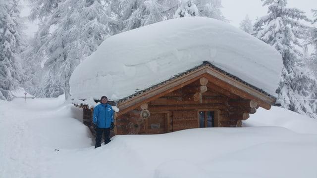 Ein Haus versinkt im Schnee.