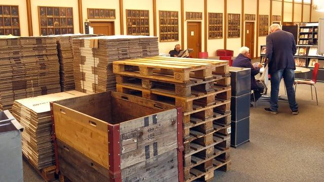 Paletten stehen in einer Bibliothek.