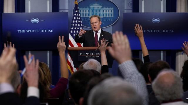 Spicer vor Journalisten