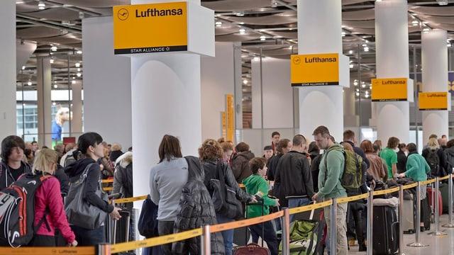 Warteschlange am Schalter der Lufthansa.