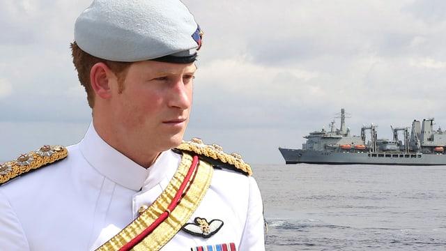 Prinz Harry schaut ernst auf ein Militärschiff (Bildmontage)