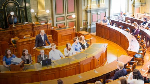 Jugendliche sitzen im Saal des St. Galler Kantonsparlaments.