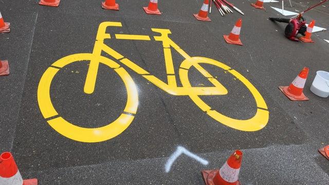 gelbe Velomarkierung auf der Strasse