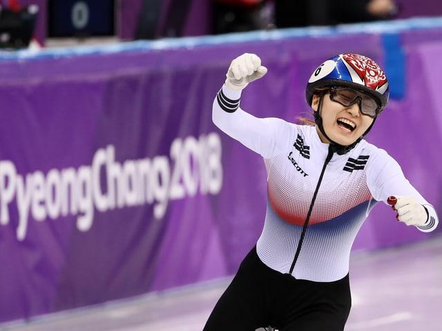 Choi Minjeong bejubelt ihren Sieg.