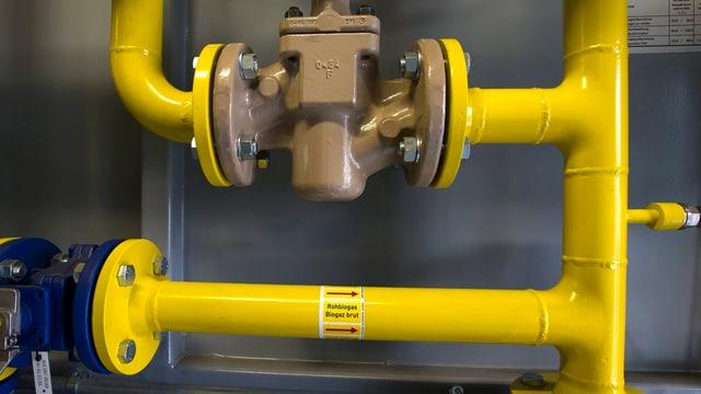 Bild gelber Leitungen in einer Biogas-Anlage.