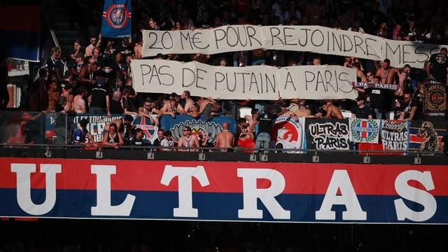 PSG-Fans mit einem unmissverständlichen Spruchband.