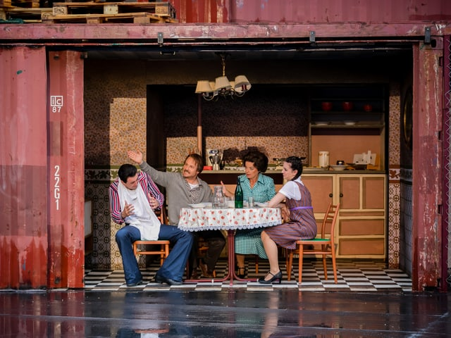 Familie sitzt am Küchentisch