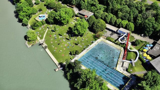 Schwimmbad von oben, Rhein im Vordergrund