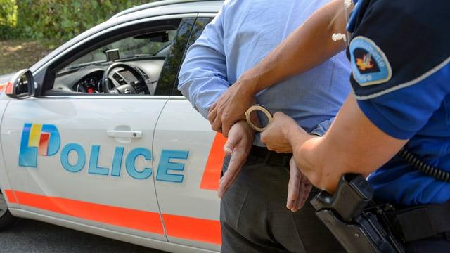 Purtret d'in policist ch'arresta in um. Maletg da simbol.