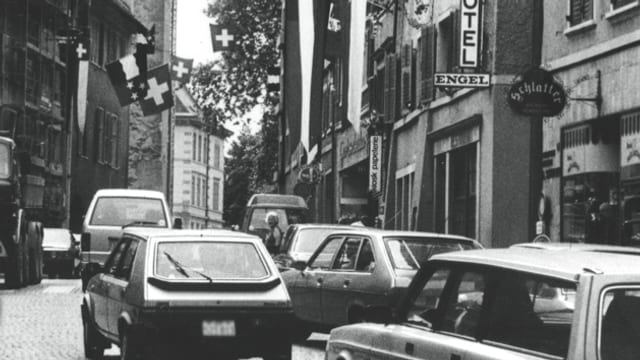 Schwarzweiss-Foto vom Verkehrsaufkommen in der Bremgarter Innenstadt (Datum unbekannt).