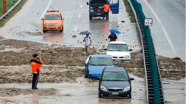 Geröll und Wasser schwappt über die A1 bei Wil.