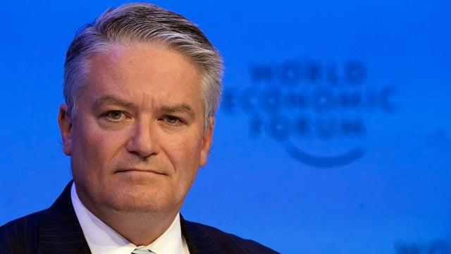 Mann vor WEF-Logo.