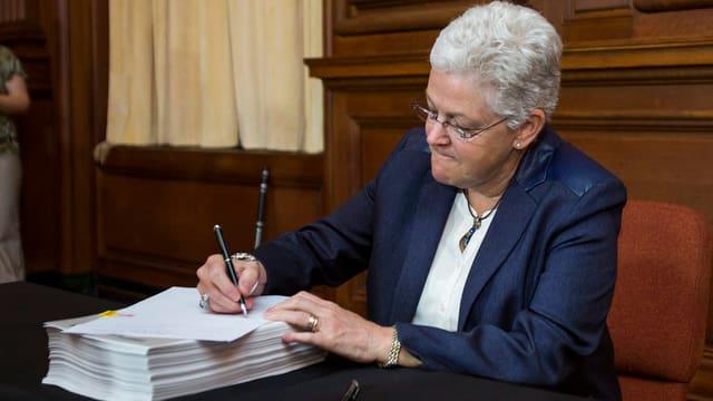 Gina McCarthy unterzeichnet Obamas neuen Plan zur Reduktion der CO2-Emissionen.