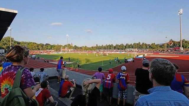 Blick auf das Schützenmatte-Stadion mit FCB-Fans